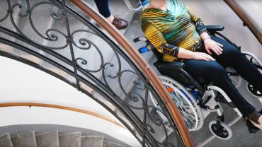 Liftkar PT Uni sube-escaleras eléctrico en escaleras de caracol (con mujeres de due generaciones)