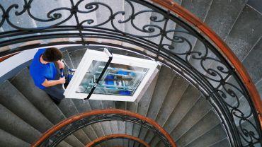 Liftkar SAL Fold sube-escaleras eléctrico con ventana pesada en escaleras de caracol